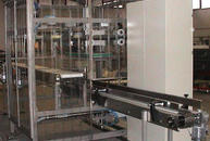 Dépanner (demoulder) with suction cup for unloading sliced bread on parallel or overlying conveyor